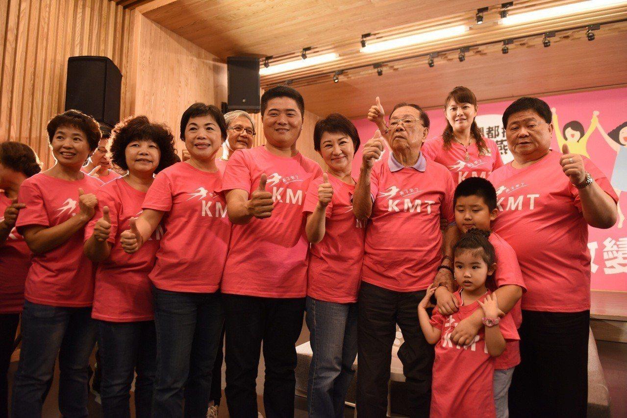 前立委顏清標(右)一家五代走秀挺市長參選人盧秀燕(右四)。記者陳秋雲/攝影