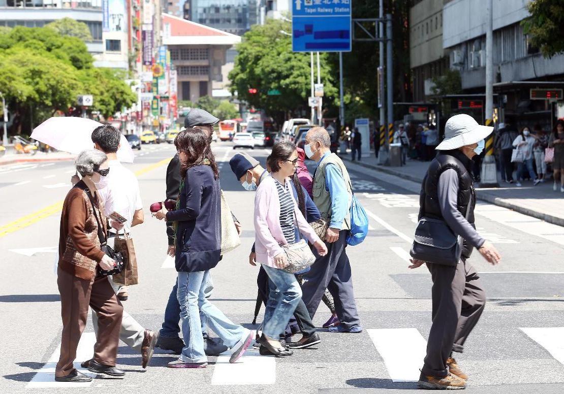 行人走在斑馬線擁有絕對的路權,尤其老人家更是需要走斑馬線。 圖/聯合報系資料照片