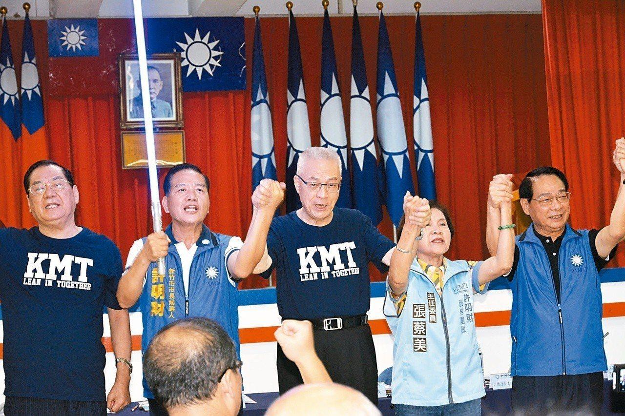國民黨行動中常會移師新竹市,黨主席吳敦義(左三)授一把藍色的「光劍」給市長參選人...