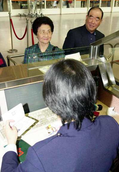 行政院前院長郝柏村的夫人郭菀華(左),前天晚間病逝。圖/聯合報系資料照片