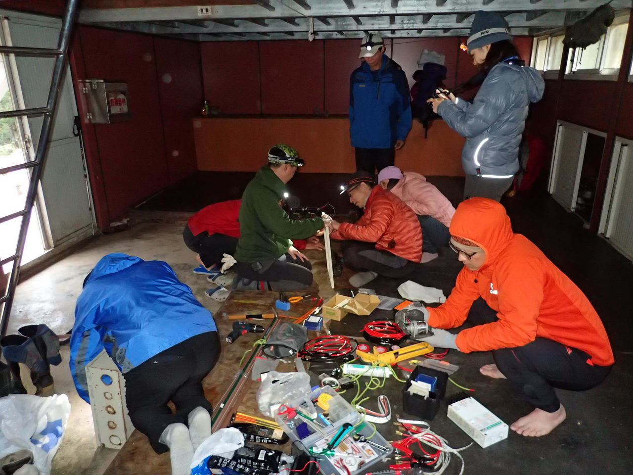 玉管處專案勤務隊伍今年2月前進拉庫音溪避難山屋進行光電系統修復作業。圖/玉管處提...