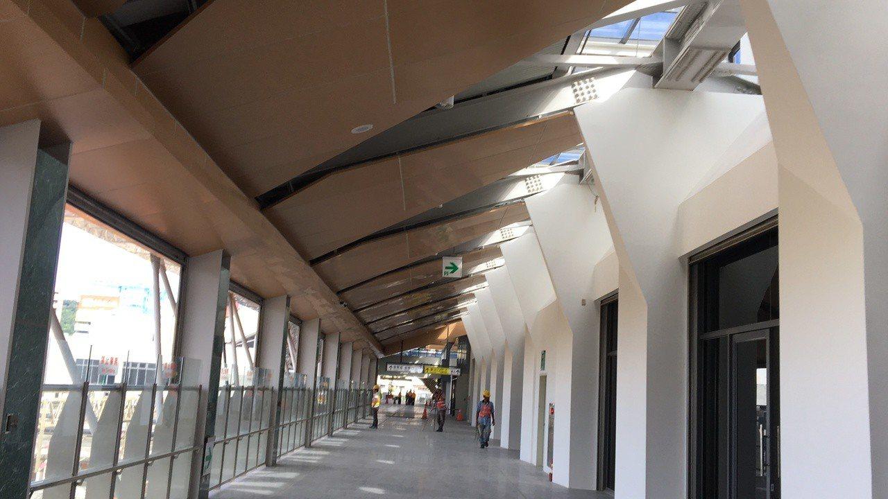 花蓮新車站連接前後站的自由通廊,不用買月台票即可通行,便利民眾往返前後站,廊道南...