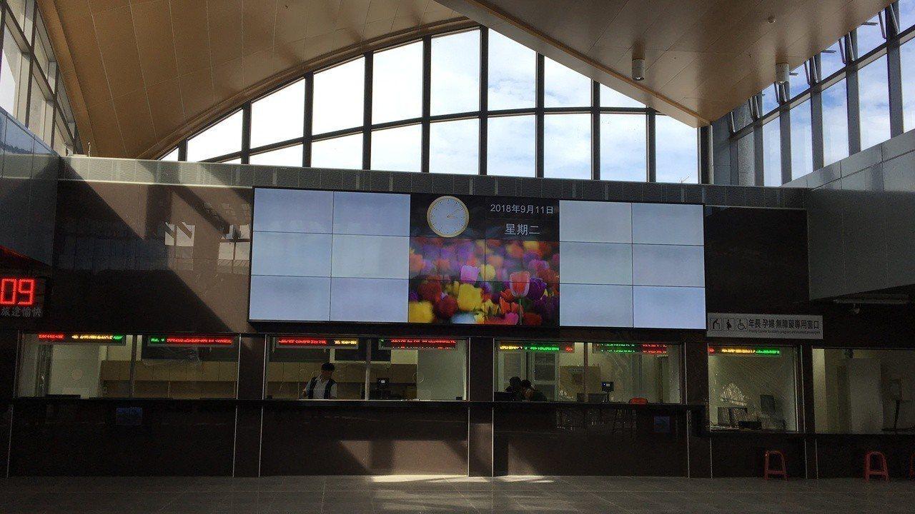 花蓮新車站大廳明亮寬敞,設置8個售票口。記者徐庭揚/攝影