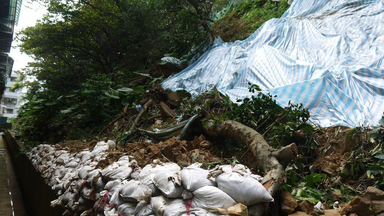 陽光加勒比社區後方大片土石崩塌,如何善後?鄰近居民十分關心。圖/蔡適應辦公室提供