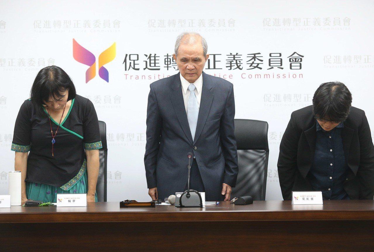 促轉會主委黃煌雄(中)向社會大眾表達深深歉意。 記者林俊良/攝影