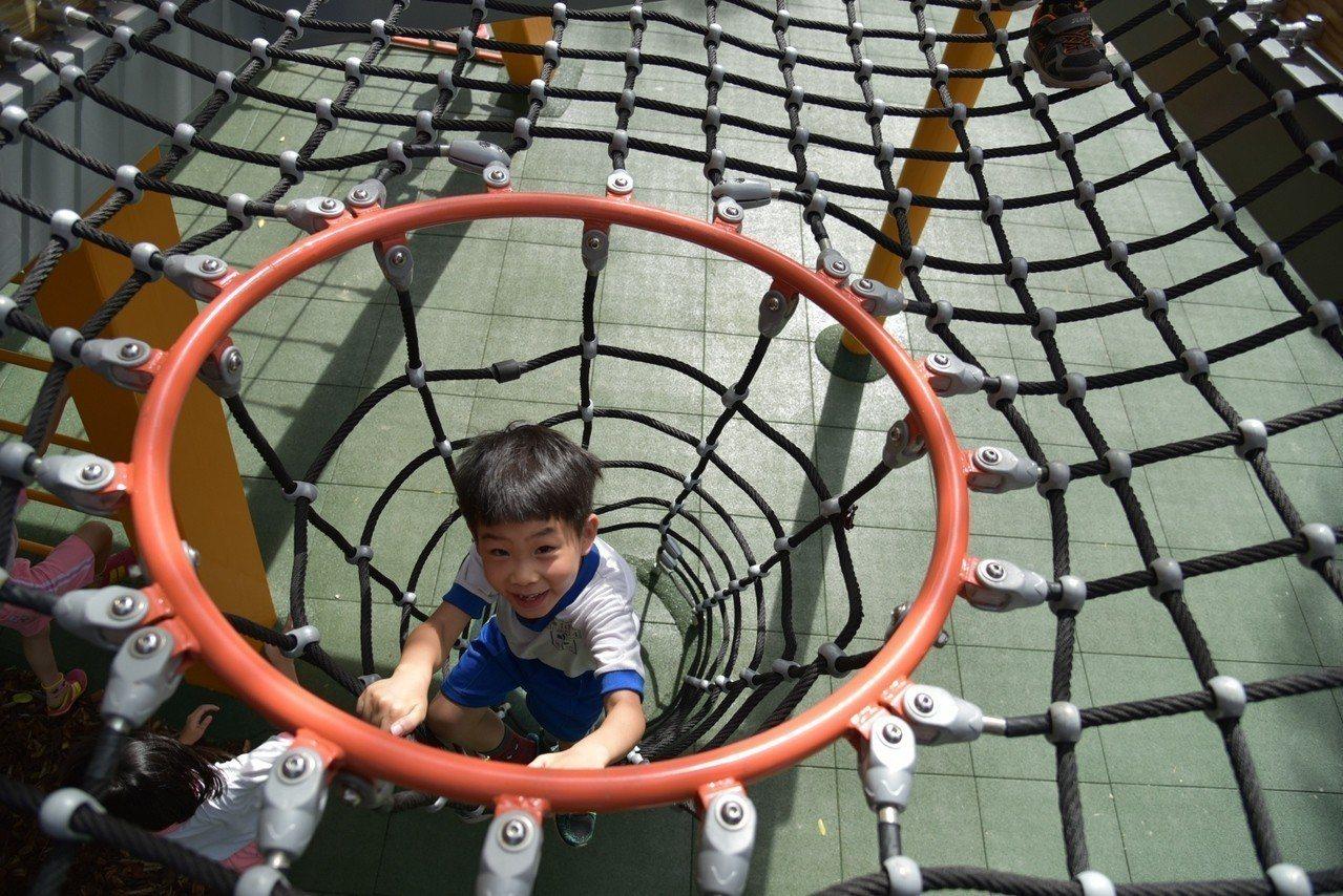 板橋四維公園遊戲場滑梯要透過攀爬網才能玩。圖/新北市城鄉局提供