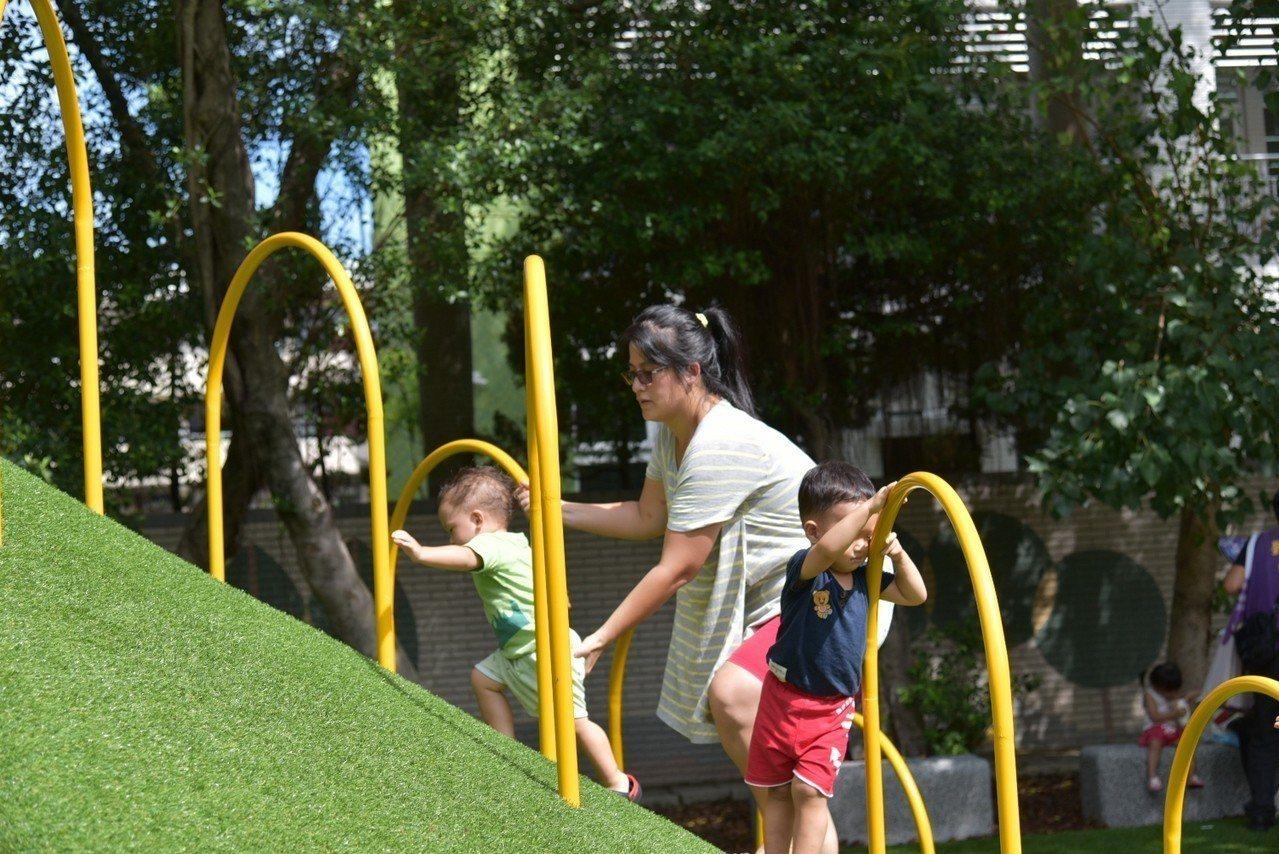 板橋四維公園遊戲場滑梯要爬坡才能玩,部分家長質疑難度過高。圖/新北市城鄉局提供