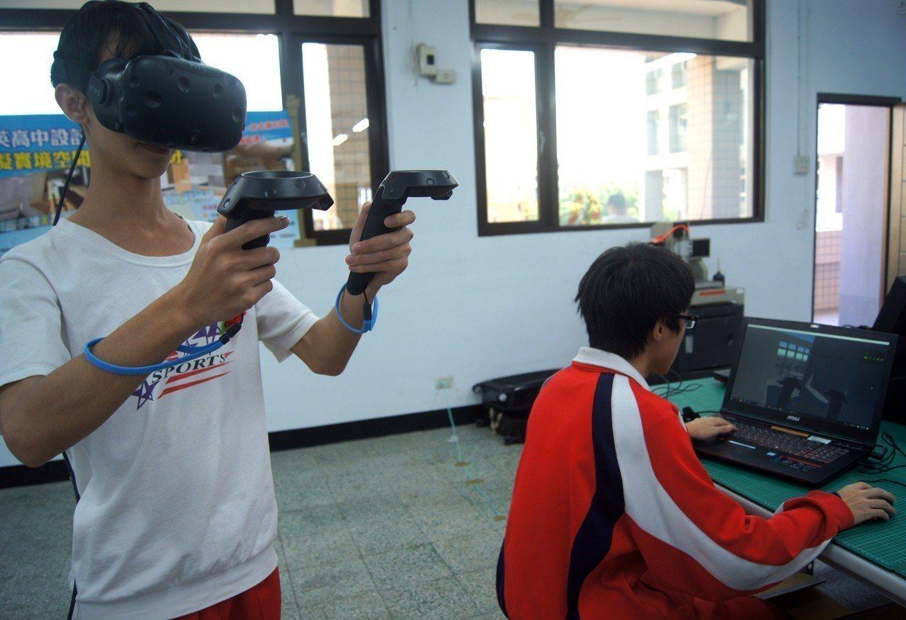 桃園市私立啟英高中今年已開設VR專班,將新科技應用於教學。 記者張錦弘/攝影