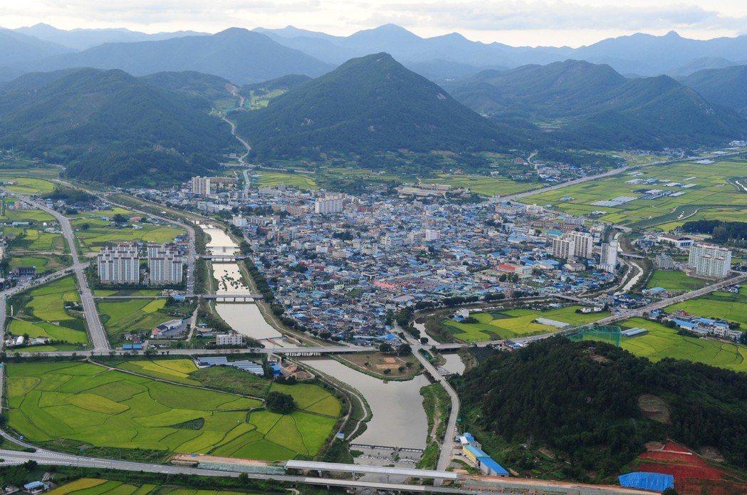 全北革新城市周遭群山環抱,還有稻田、家畜與糞便處理設施。 圖/翻攝網路