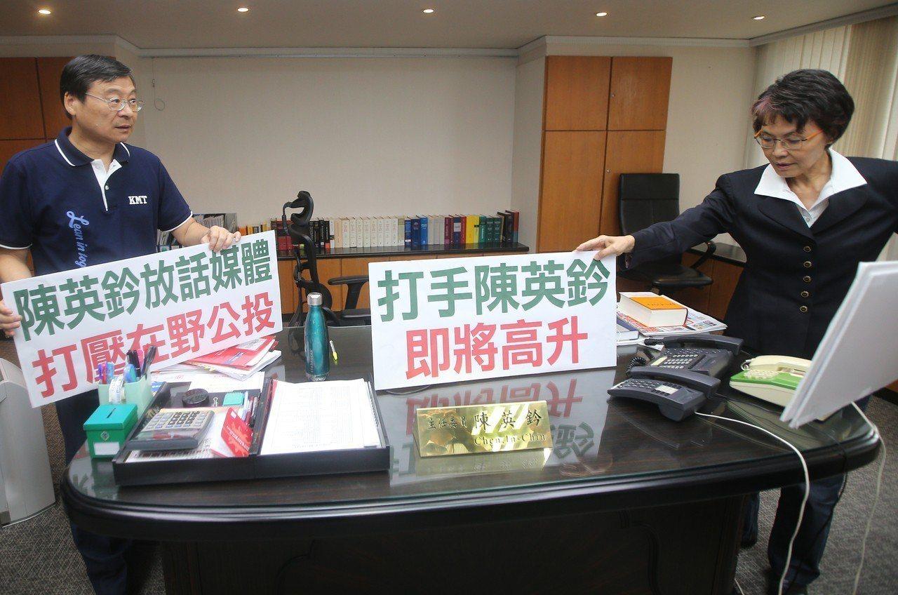 中選會指國民黨公投連署書中,6成是人工抄寫。國民黨立委曾銘宗(左)、黃昭順日前赴...