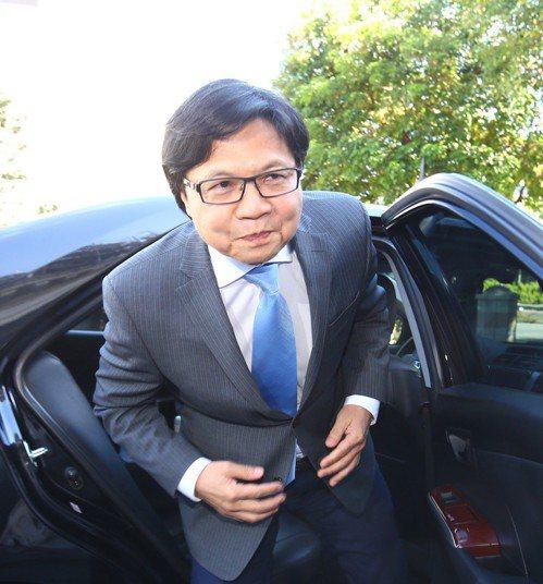 教育部長葉俊榮上午赴監察院接受約詢,面對提問不發一語,表情嚴肅。 記者陳柏亨/攝...