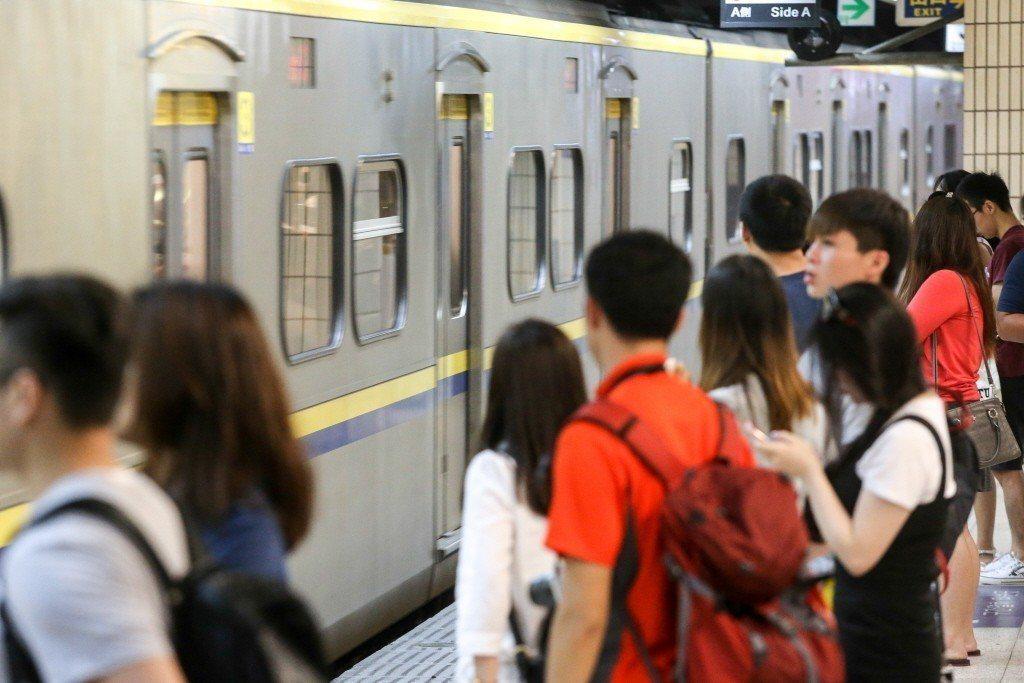乘客逃票與列車長爭執,表明自己是鐵路警察,威脅「要發知書叫你(列車長)來做筆錄」...