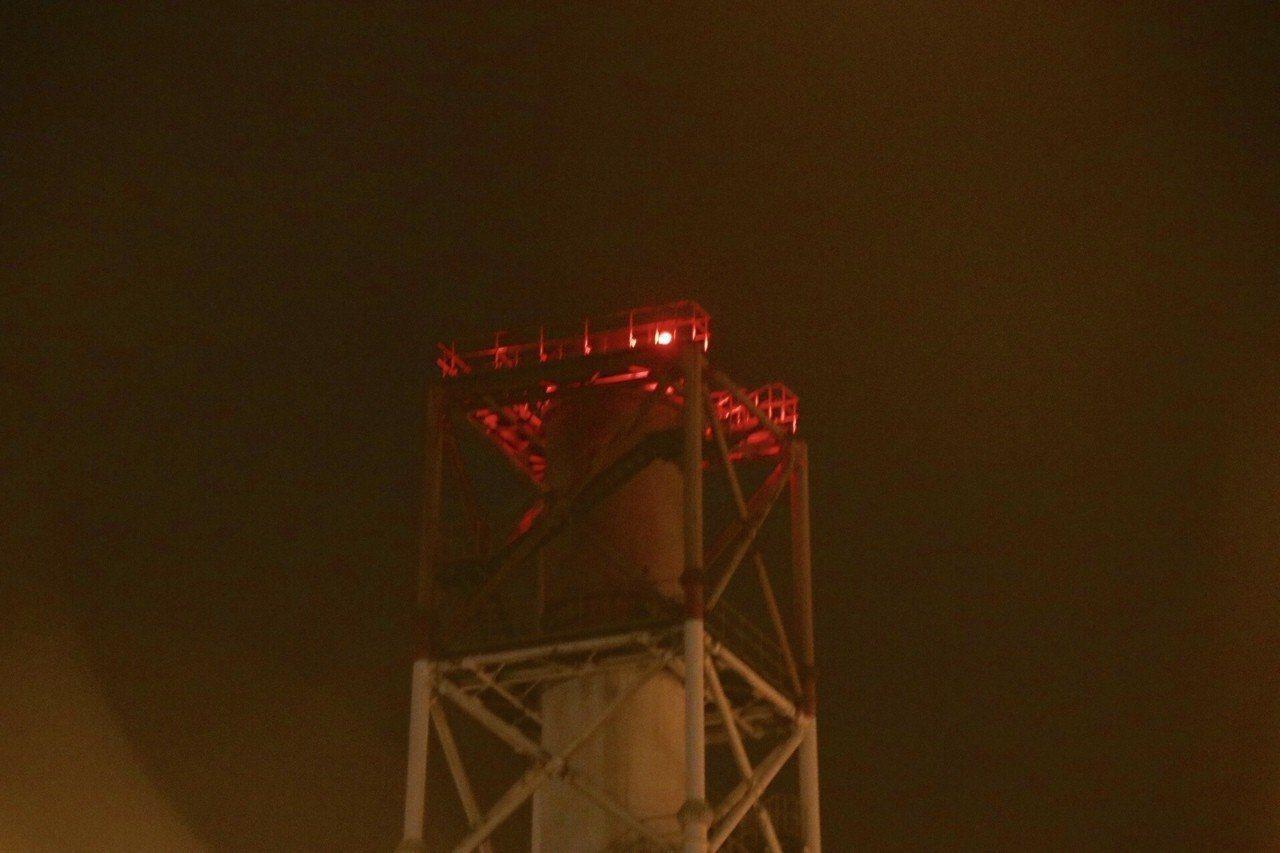 桃煉廠燃燒油氣引發火光,民眾誤以為火警。本報系資料照/記者曾健祐攝影