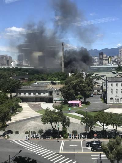 華山文創園區失火,有人從華山對面大樓拍到當時火起煙正濃的景象。圖/讀者提供