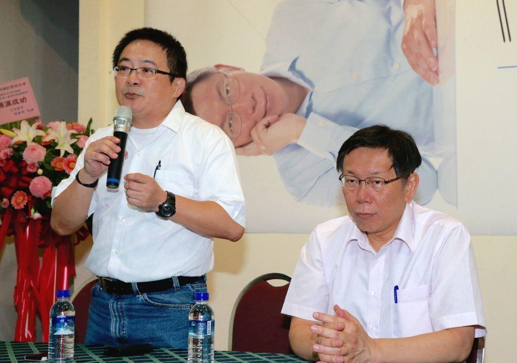 曾任柯文哲核心幕僚的劉坤鱧(左),今年8月在臉書貼文爆料柯文哲是「慣老闆」。...