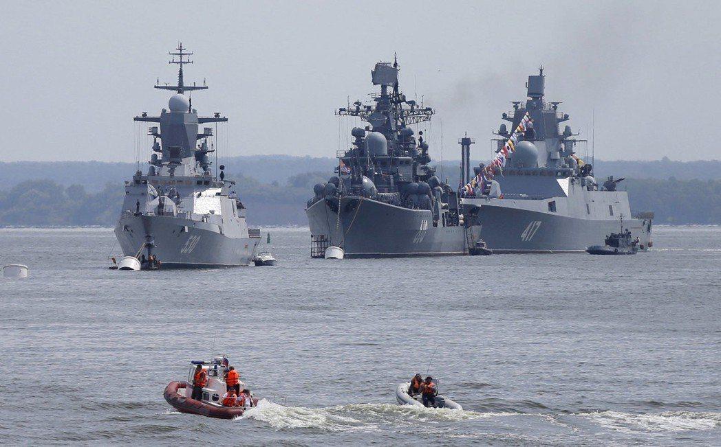 「戈爾什科夫元帥」巡防艦(右)。 (路透)
