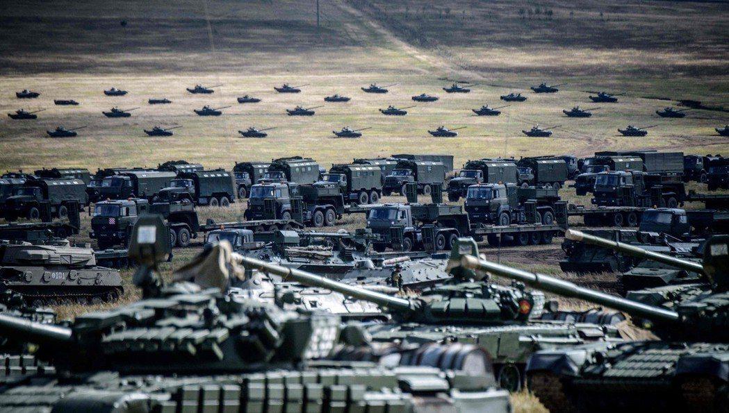參加東方2018演習的大批戰車和軍車。 (法新社)