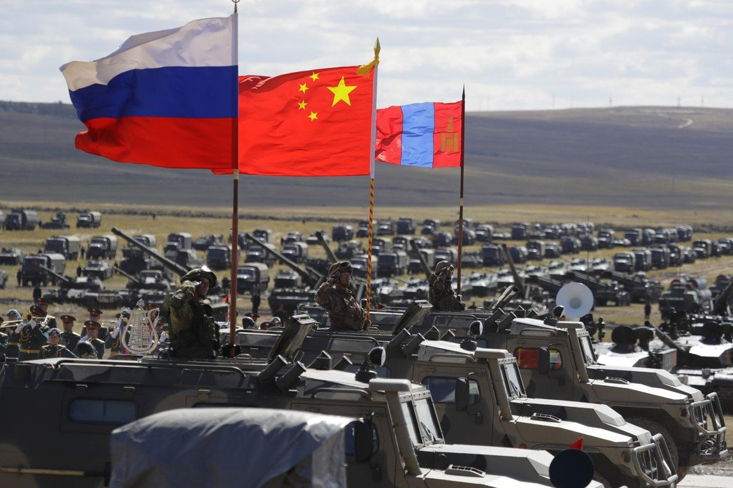 俄國這次舉辦東方2018軍演,大陸和蒙古也參加,圖為演習集結地點的三國國旗。 (...