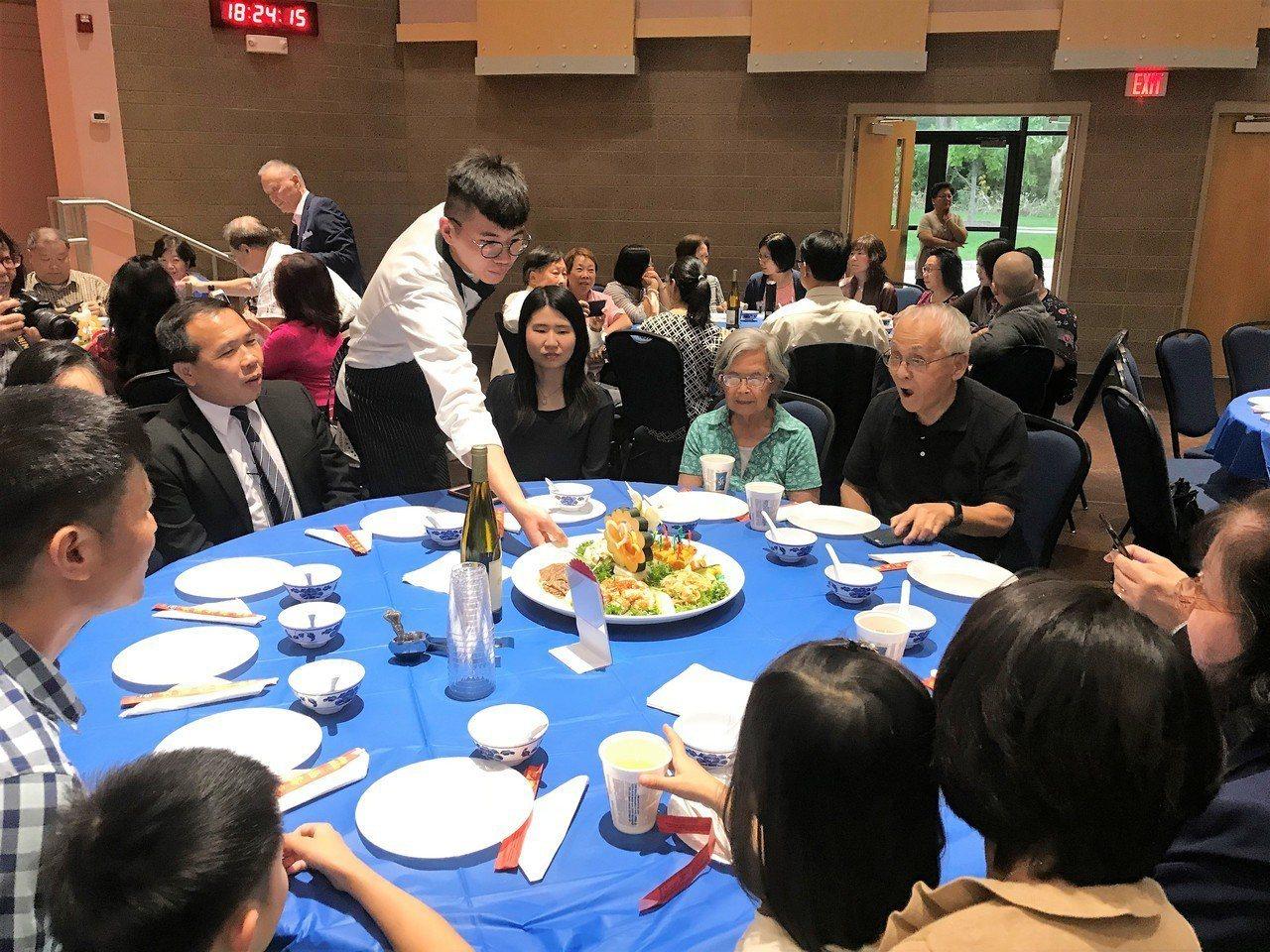 傳統辦桌上菜「絕對美宴」饕客稱讚。特派員黃惠玲/攝影
