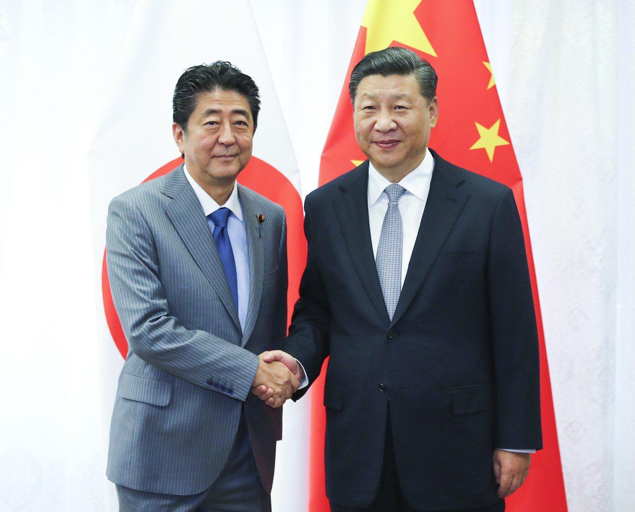 中國國家主席習近平與日本首相安倍晉三12日在俄羅斯海參崴舉行會談。 新華社
