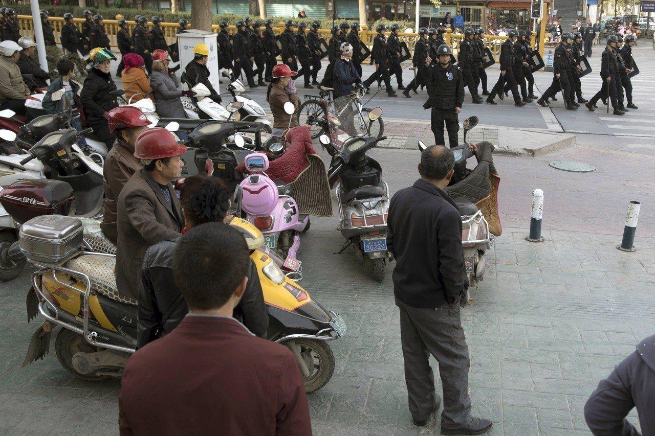 再教育營遭譴責…胡錫進:若非嚴管,新疆早已開戰。 美聯社