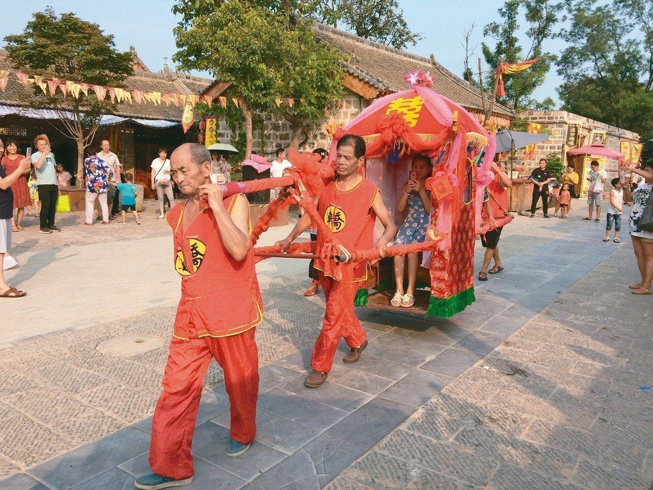 桑園小鎮裡的民俗活動,吸引遊客。 記者汪莉絹/攝影