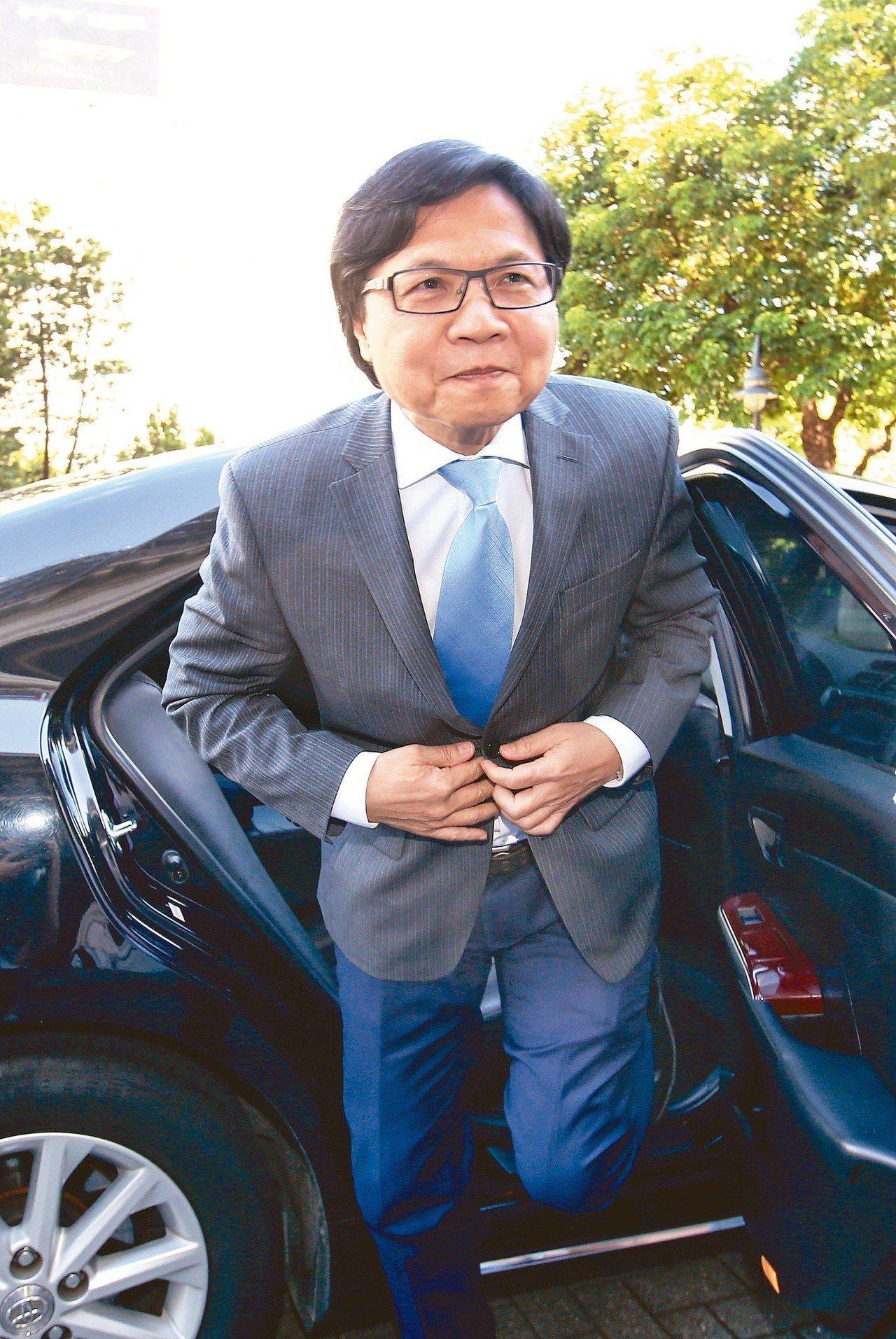 教育部長葉俊榮上午赴監察院接受約詢,下車時面對提問不發一語。 記者陳柏亨/攝影