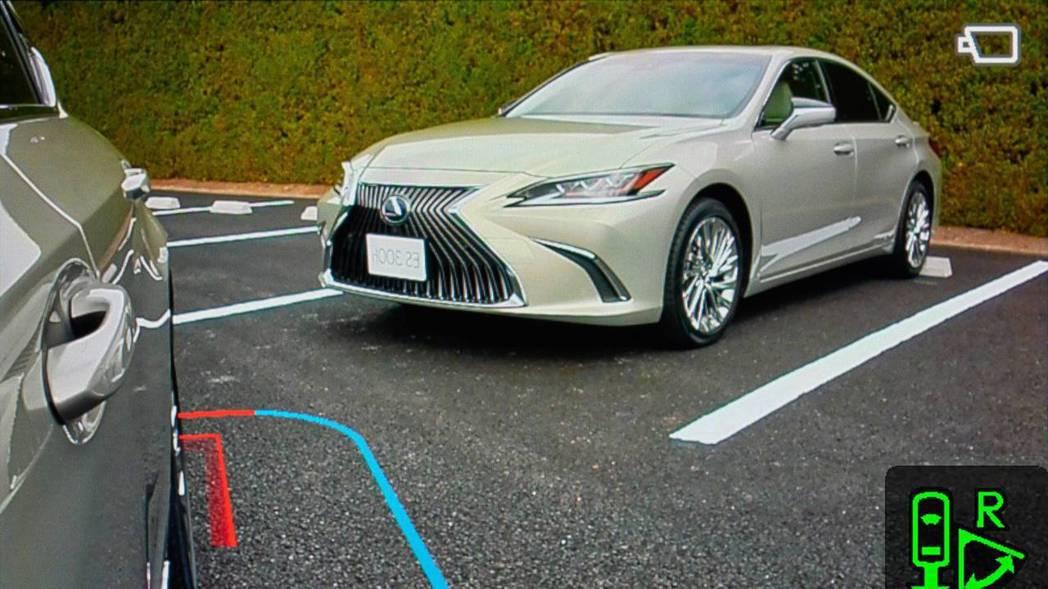 數位鏡頭可改變角度,使後方盲區能最小化。 摘自Lexus