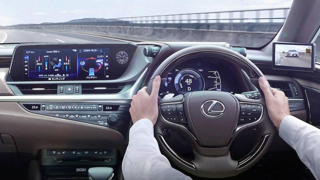不過在A柱上加裝個小螢幕,稍嫌有點突兀。 摘自Lexus