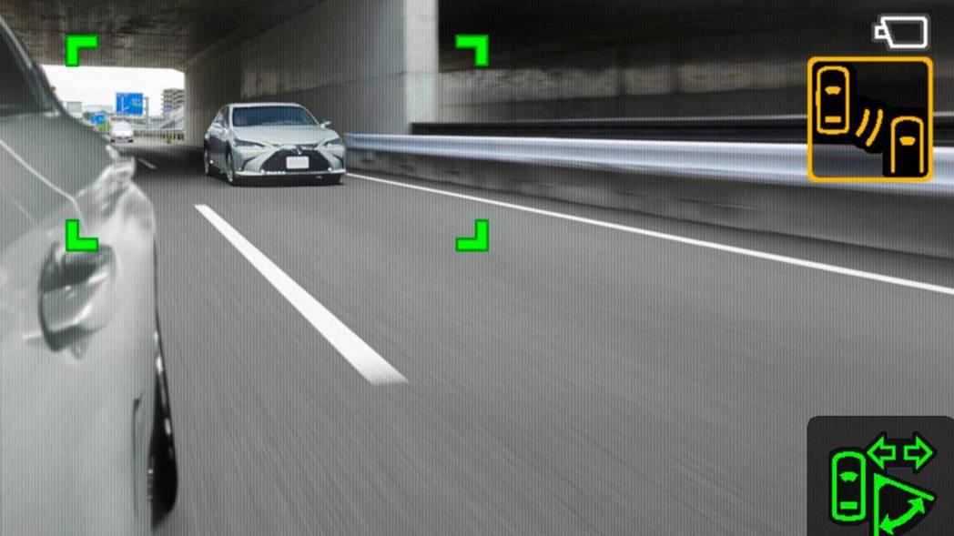 盲點偵測系統與數位後視鏡互相搭配,能更準確判斷車輛。 摘自Lexus