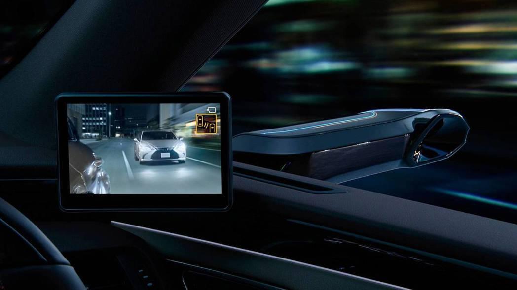 夜晚也可透過攝影鏡頭,將畫面清晰化顯示在螢幕上。 摘自Lexus