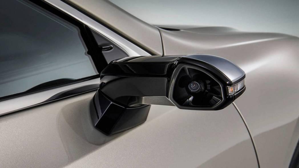 在原本後視鏡的位置改裝置攝影鏡頭。 摘自Lexus