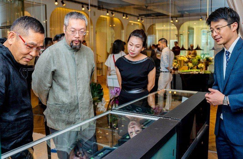 寶瑄會所開幕,翡翠藝術圈同業到場共襄盛舉,左一為翡翠藝術名家胡焱榮。 業者/提供