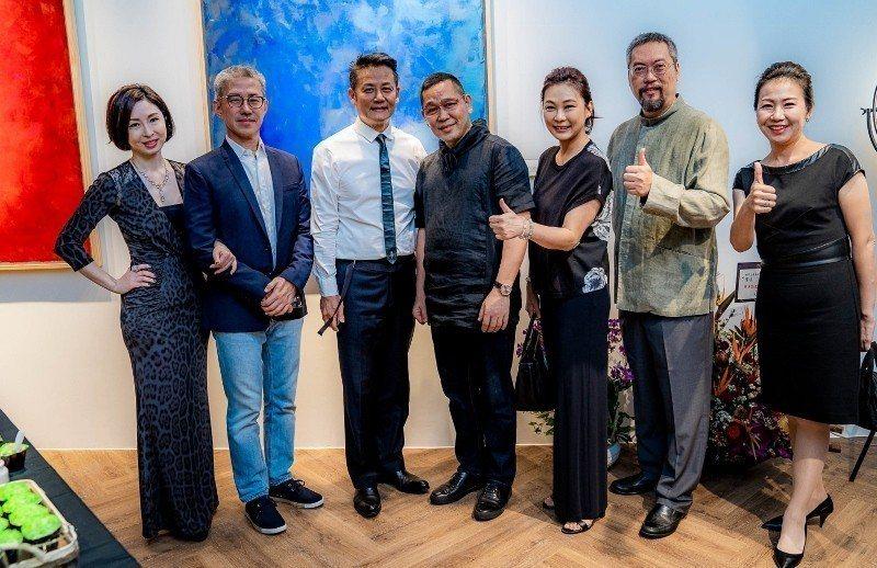 政商名人到場祝賀,包括名主持人徐乃麟(左三起)、「翡翠王子」胡焱榮、藝人張月麗等...