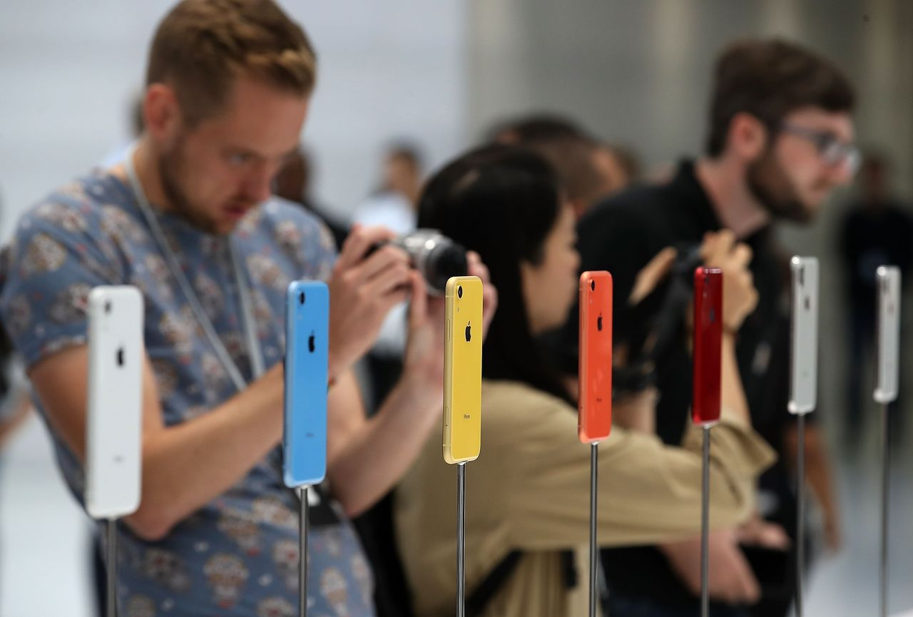 蘋果新發表的平價版手機iPhone XR五彩繽紛,吸引果粉目光。(圖/法新社)