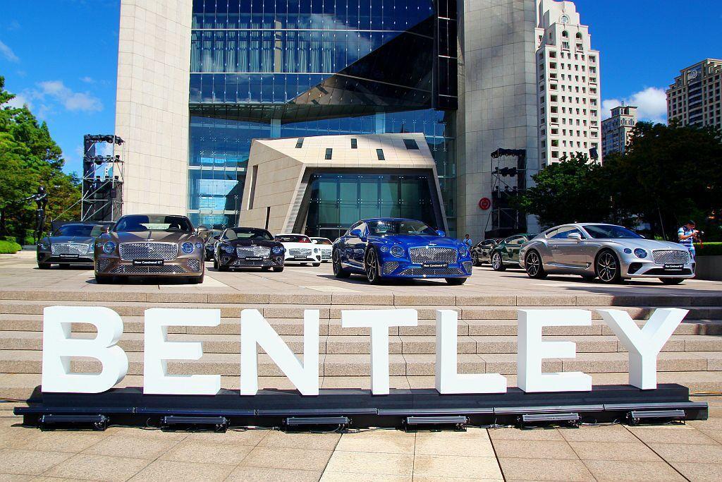 15輛首批到港且即將交車的全新第三代賓利Continental GT齊聚信義區,新車總價加起來就超過2億台幣。 記者張振群/攝影