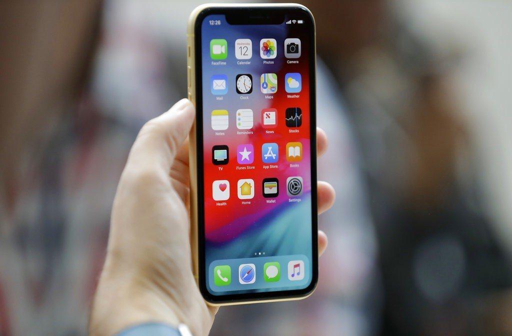 實際iPhone XR螢幕還是被厚厚一層黑邊包著。 美聯社
