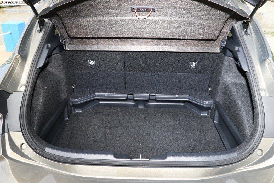 提供上下可調式行李箱隔板,讓後車廂空間應用更為多元。 記者陳威任/攝影