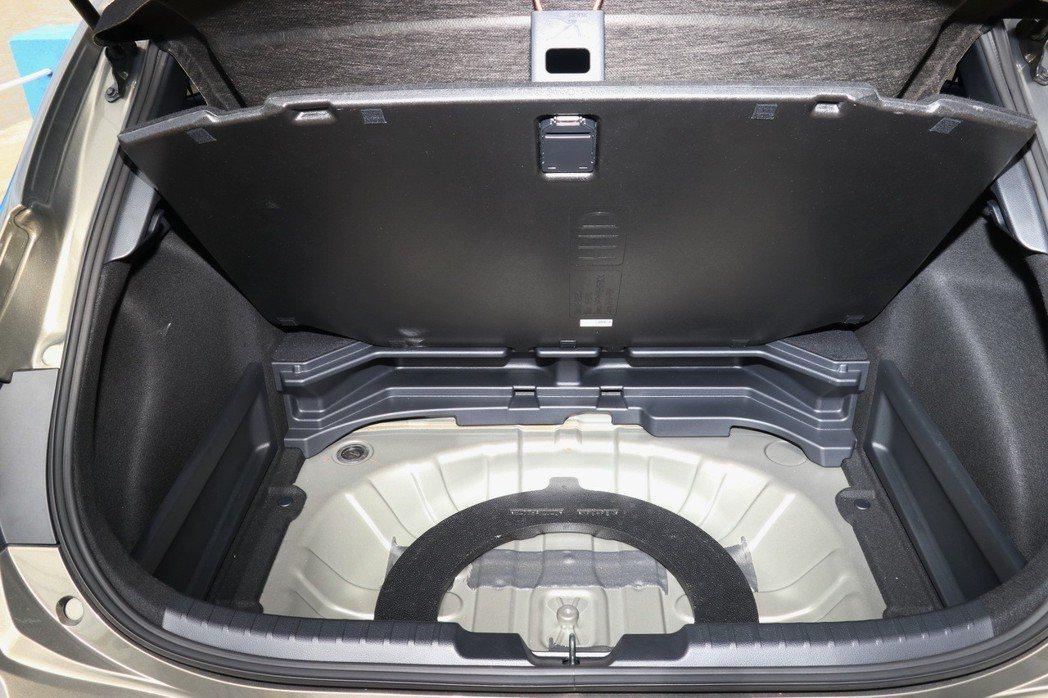 如果將備胎及工具拿出來,隔板下方仍有不少置物空間。 記者陳威任/攝影
