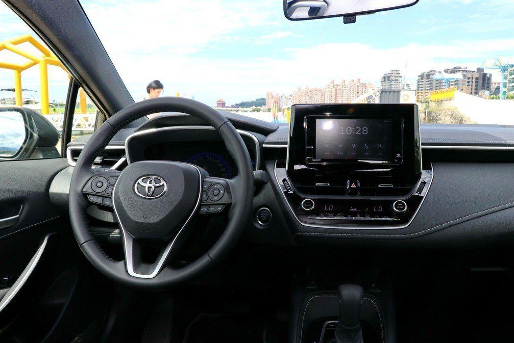 水平式儀錶檯設計,搭配駕駛臀點降低、前擋風玻璃面積擴大等,打造寬敞駕駛視野與舒適的乘坐體驗。 記者陳威任/攝影
