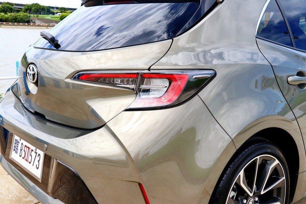 AURIS擁有豐富車身線條所營造的立體效果,為車尾的視覺感受帶來充沛的線條力道。 記者陳威任/攝影