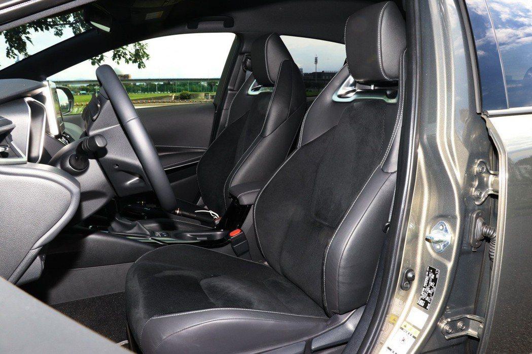 高質感的跑車級高包覆性Ultrasuede麂皮座椅,是車室內一大亮點! 記者陳威...