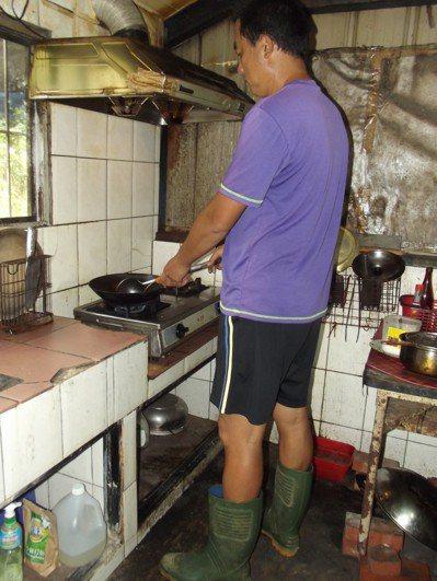 屋子會電人,下雨時電力更強,何姓村民只敢穿雨鞋煮菜,免得一再被電到。 記者謝恩得...