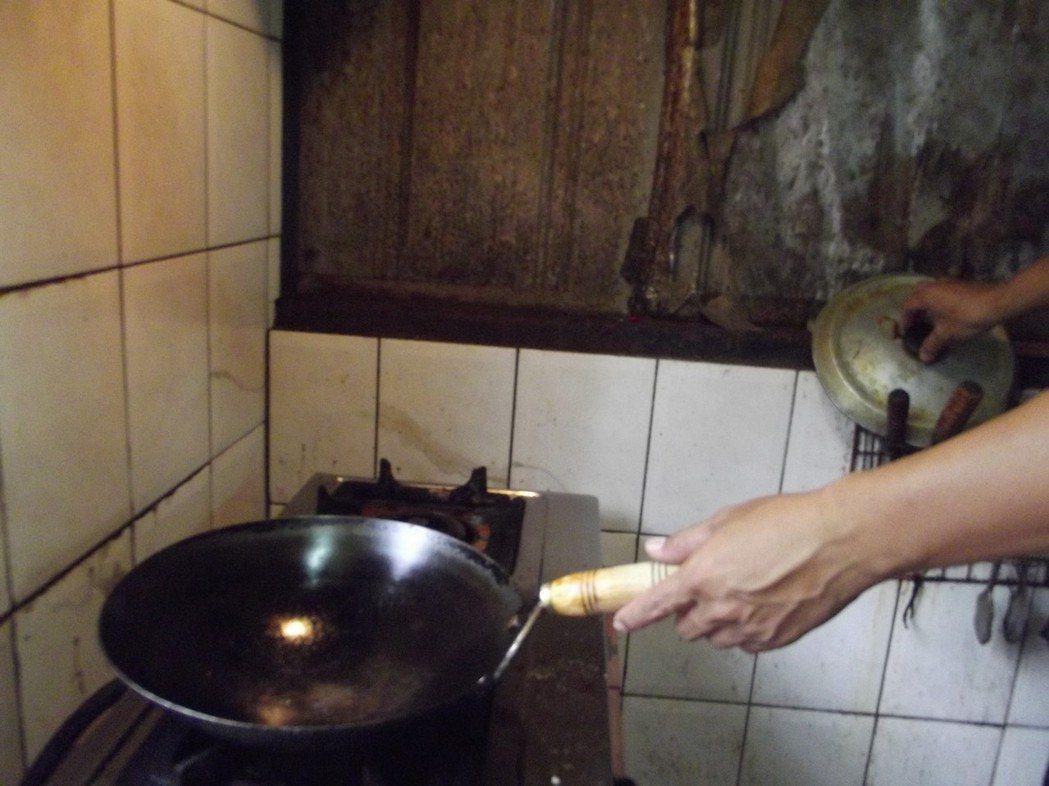 何家會電人,所以在廚房不敢碰金屬鍋具,多年來也不敢清洗廚房。 記者謝恩得/攝影