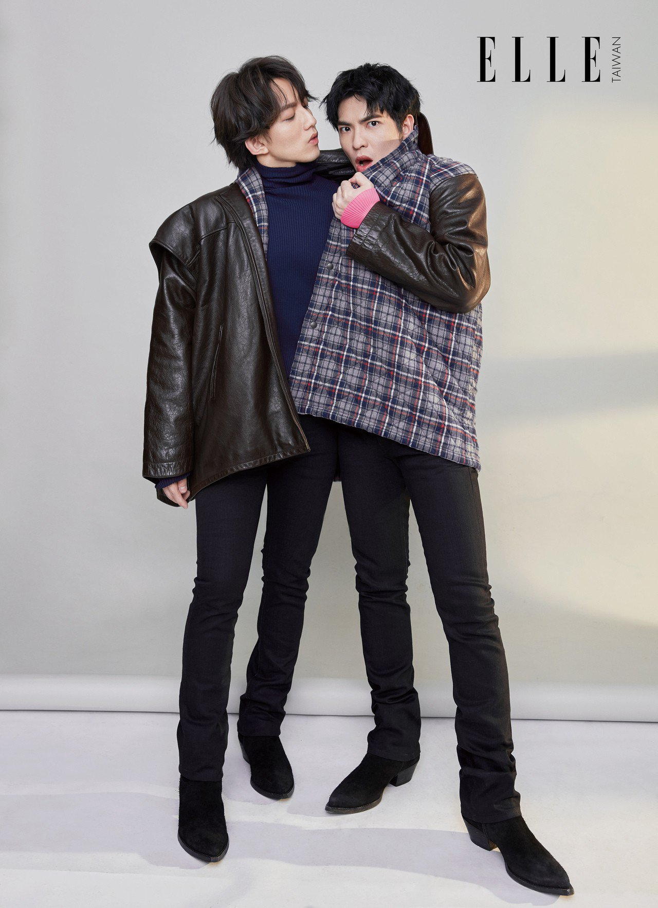 林宥嘉:藍色高領衫、黑色皮帶(BOTH BY BALENCIAGA); 紅色排扣...
