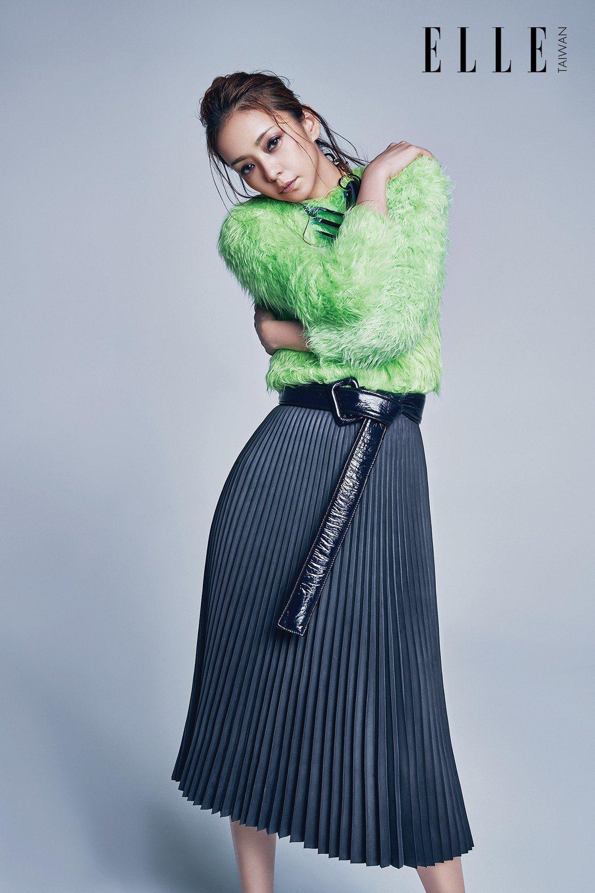 螢光綠毛海毛衣、橡膠白褶裙、金屬項鍊(ALL BY BALENCIAGA)