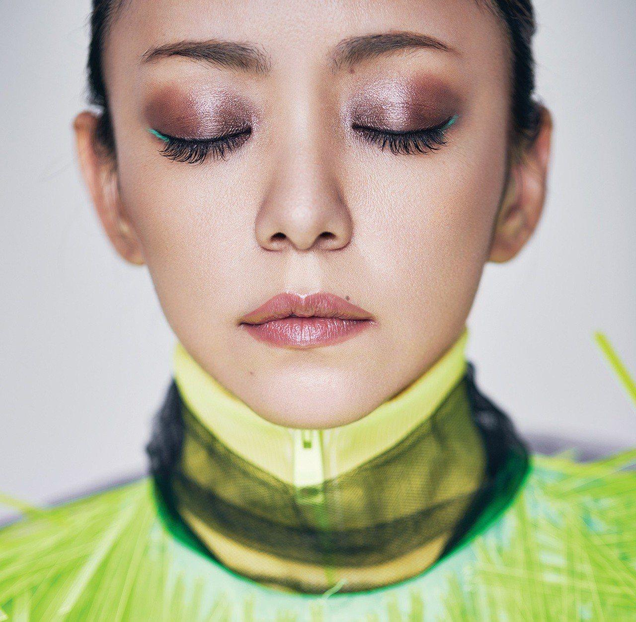 螢光高領背心、綁帶黑罩紗、PVC膠片洋裝(ALL BY PRADA)