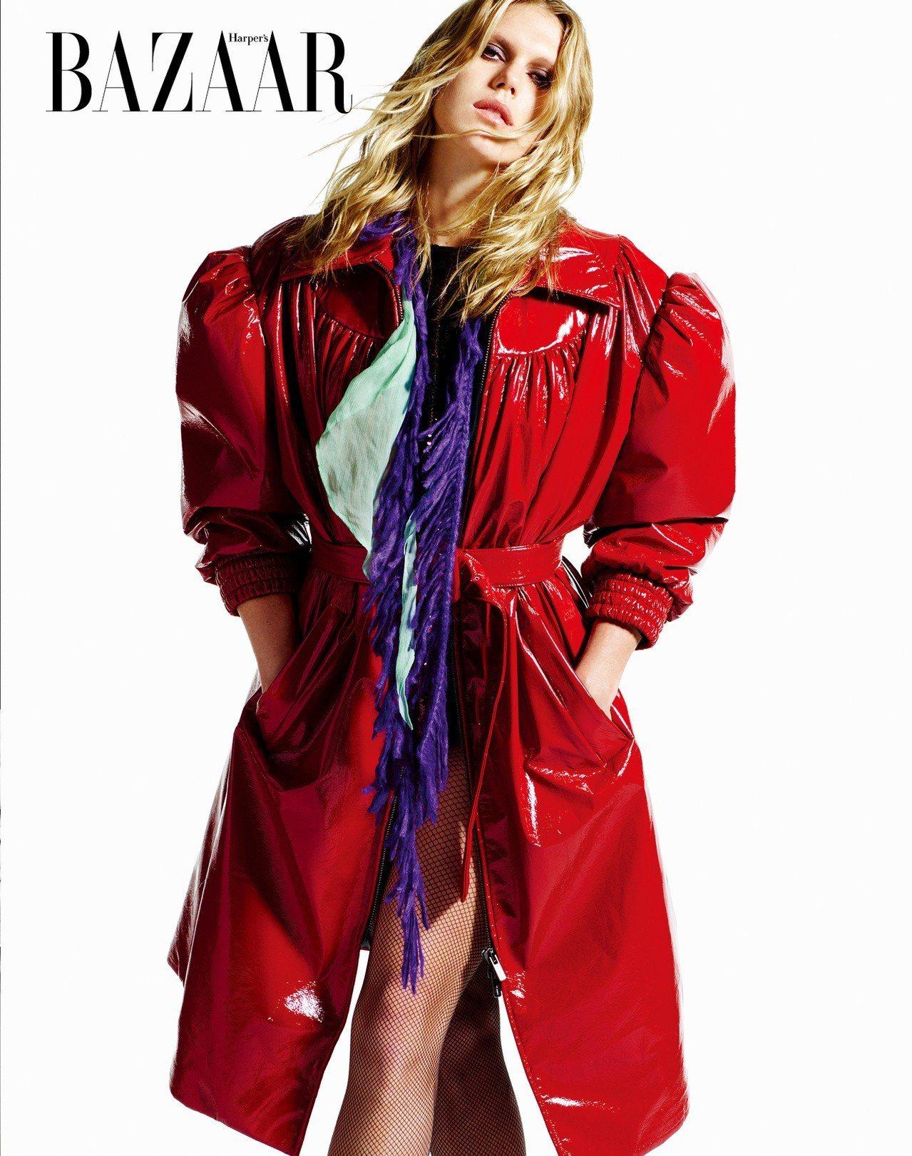 ON ALEXANDRA: 大衣、圍巾,Miu Miu;連身衣,Commando...
