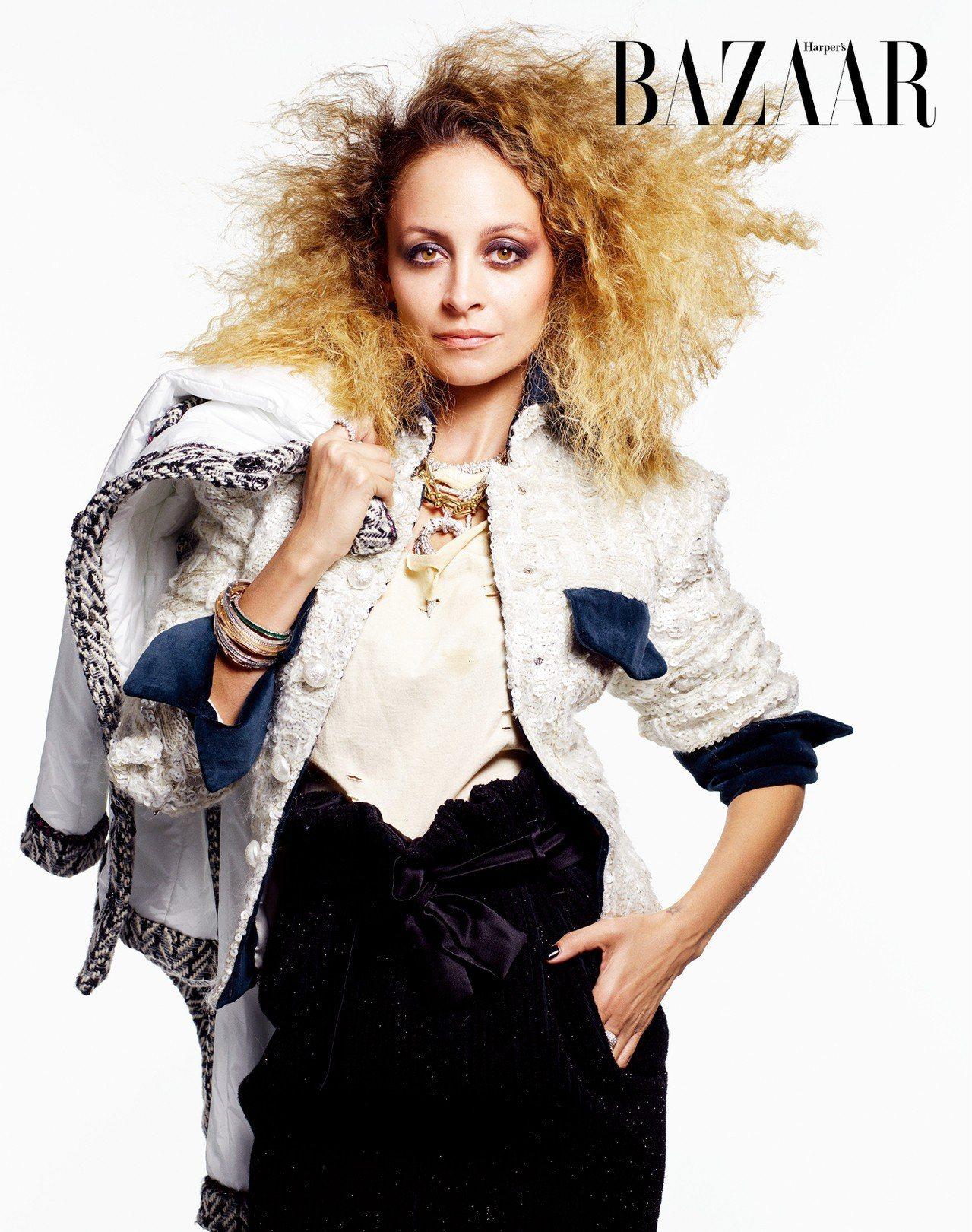 ON NICOLE: 夾克、裙,Chanel;T恤,Lyz Olko;項鍊,Bu...