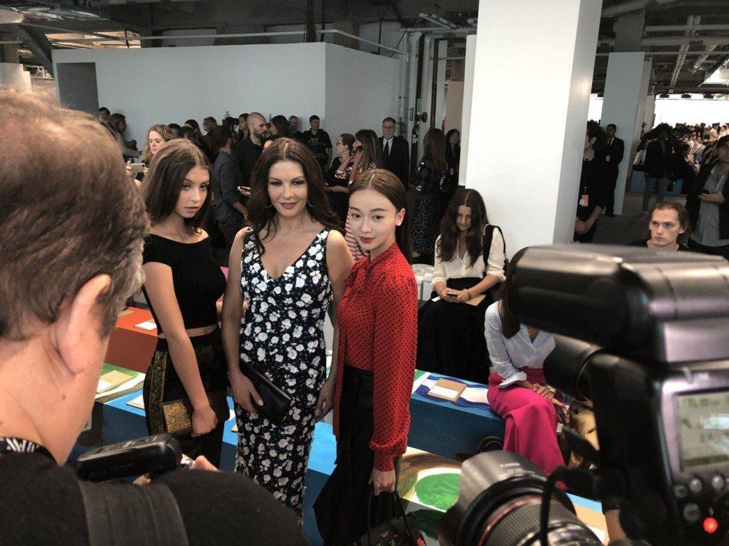 吳謹言(右)與凱薩琳麗塔瓊斯和她女兒Carys合影。記者楊詩涵/攝影